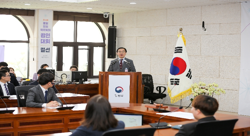 Unification Minister Cho gives a speech of encouragement at the contest for the 4th College Students' Mock Cabinet Meeting of a Unified Korea