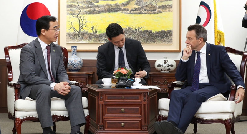 Unification Minister Cho meets with ICRC president Peter Maurer