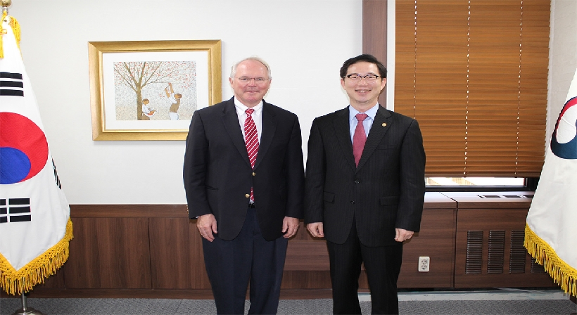 Vice Unification Minister Chun meets with former U.S. Assistant Secretary of State Christopher Hill