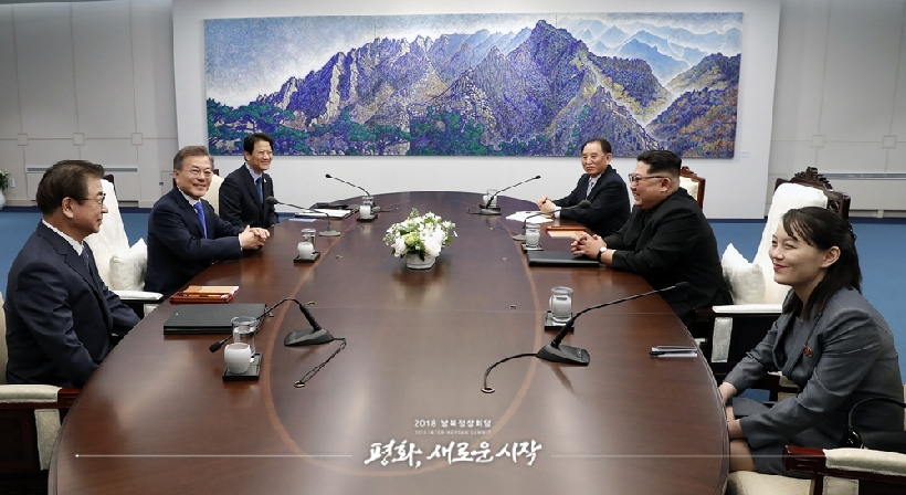 President Moon Jae-in and North Korean leader Kim Jong Un hoped that their Inter-Korean Summit would lead to good results, in a pre-summit conversation at the Peace House in Panmunjeom on April 27.