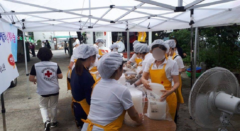 Trainees at Hanawon render volunteer work to share samgyetang