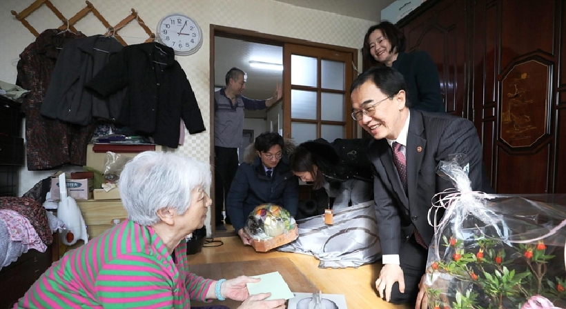 Unification Minister Cho and Vice Minister Chun visit members of separated families and family members of abductees and detainees on the occasion of the Lunar New Year to offer comfort