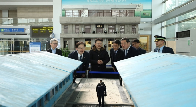 "Vice Unification Minister Chun visits the exhibition of ""Peace · Unification Diorama: When Spring Comes"" at Dorasan Station On February 22, Vice Unification Minister Chun Hae-sung visited Dorasan Stat"
