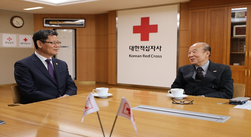 Unification Minister Kim visits the Korean Red Cross