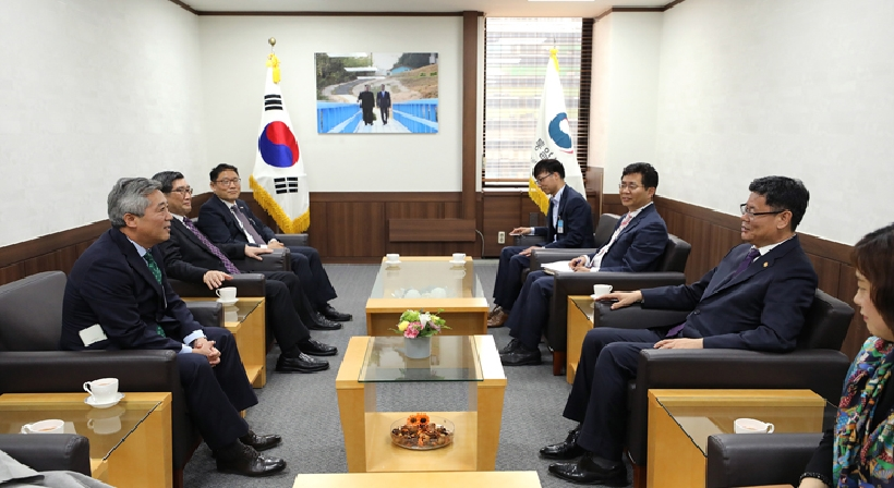Unification Minister Kim pays a courtesy visit to religious leaders