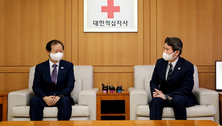 Unification Minister Lee meets with Shin Hee-young, president of the Korean Red Cross