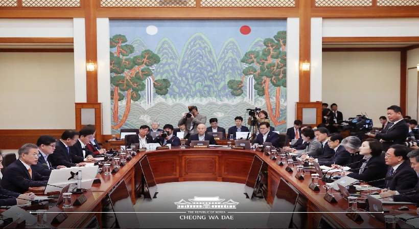 President Moon ratified the Pyeongyang Joint Declaration and the Agreement on the Implementation of the Historic Panmunjeom Declaration in the Military Domain at the 45th cabinet meeting