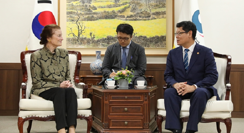 Unification Minister Kim meets with UNICEF Executive Director Henrietta Fore